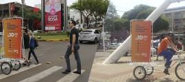 Montagem da ativação do Grupo Four Midia em Bike Banner para a campanha da GVT em Chapecó, SC
