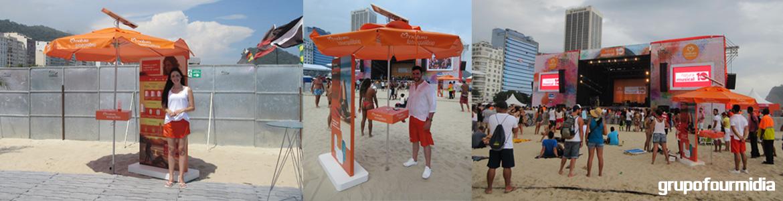 Montagem da Ativação do Grupo Four Midia com a mídia Guarda Solar para a campanha Natura Fotoequilíbrio durante o Festival Natura Musical em Copacabana no Rio de Janeiro
