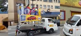 Montagem da ativação do Grupo Four Midia para a campanha de aniversário da Coop com um carrinho de supermercado gigante
